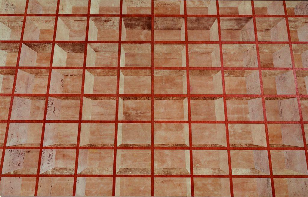 M (Estante marrom, escura, avermelhada com madeira aparecendo, ponto de vista central)